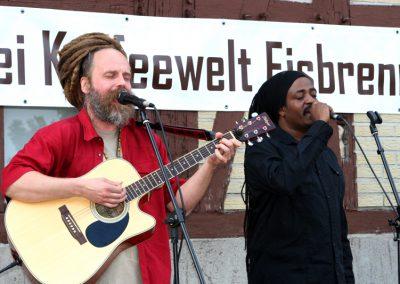 Uwe Banton und Yah Meek auf der Bühne.